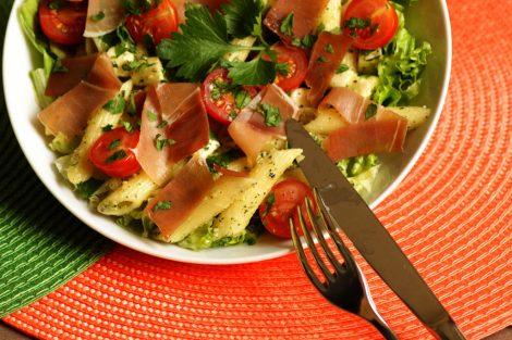 salade composée de penne, pesto verde maison, tomates cerise de saison