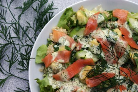 salade composée sans gluten de quinoa, saumon, avocat