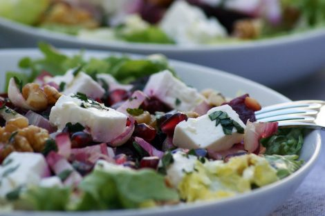 associations surprenantes - salade composée de feta, betteraves rouges, grenade, endives carmines