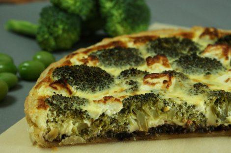 tarte végétarienne de brocoli, oignon rouge caramélisé, fromage de brebis